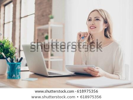 Retrato sorridente empresária escrita caderno escritório Foto stock © wavebreak_media