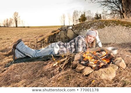 Feu de camp randonnée femme sac à dos dormir pays Photo stock © CandyboxPhoto