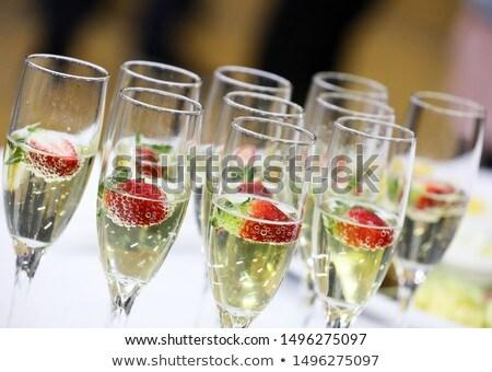 Primer plano camarera champán gafas bandeja restaurante Foto stock © wavebreak_media