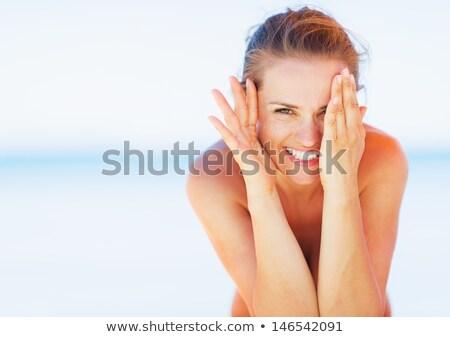 Vrouw spelen kiekeboe stedelijke interieur architectuur Stockfoto © photography33