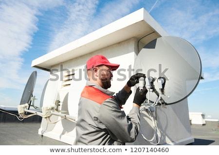 衛星 · 屋根 · インストール · テレビ · チューニング - ストックフォト © 805promo