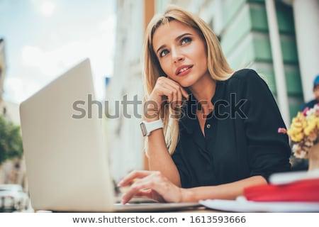 Giovani signora rosso Hat seduta Foto d'archivio © maros_b