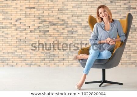 Jonge vrouw vergadering vloer kleding hoed Stockfoto © deandrobot