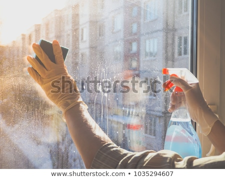 Man rubberen handschoenen schoonmaken venster vod huishouden Stockfoto © dolgachov