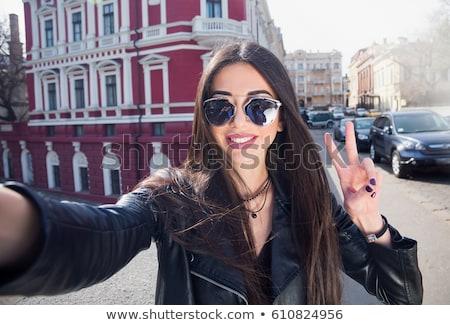 Fotografia radosny kobieta długo ciemne włosy okulary Zdjęcia stock © deandrobot