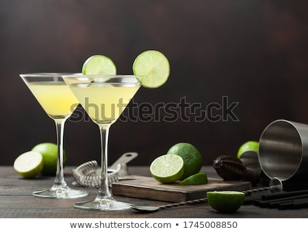 Cocktail martini glas kalk plakje ijs houten Stockfoto © DenisMArt