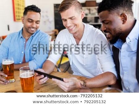 Mann trinken Bier bar Veröffentlichung Stock foto © dolgachov