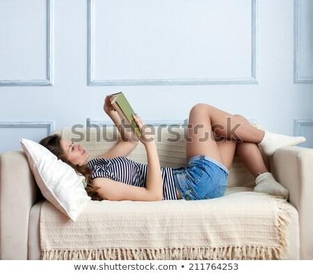 Stock fotó: Koncentrált · nő · olvas · könyv · kanapé · otthon