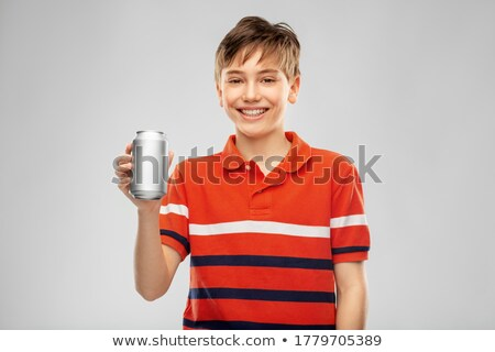 Erkek kırmızı tshirt içme soda kalay Stok fotoğraf © dolgachov