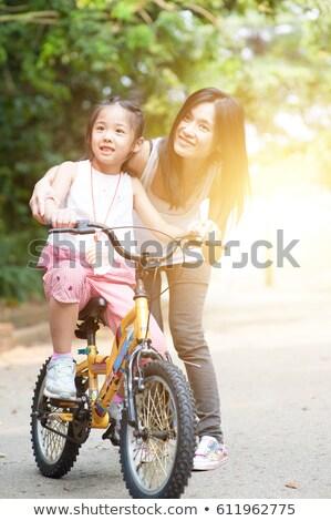 Matka Z Córką Na Rowerze W Ogrodzie Wiosny Zdjęcia stock © szefei