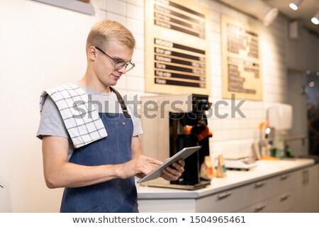 Fiatal barista munkaruha digitális tabletta belépés Stock fotó © pressmaster
