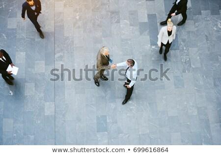 Magasról fotózva kilátás üzletemberek kézfogás modern irodaház Stock fotó © wavebreak_media