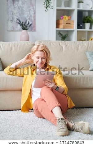Gelukkig meisje comfortabel bank kijken video display Stockfoto © pressmaster