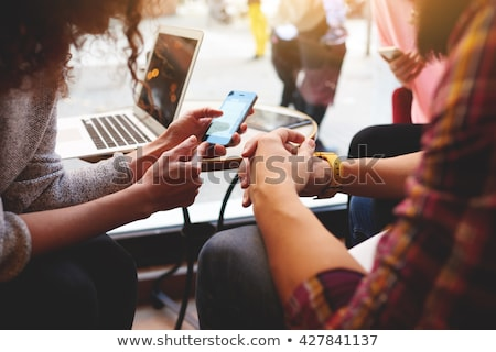 Elektronicznej książki osoby czytania online Zdjęcia stock © robuart