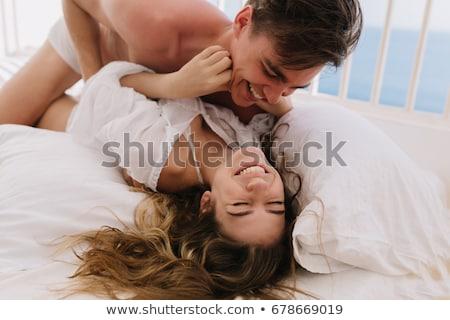 Excitado tipo dos ninas cama feliz Foto stock © Lighthunter