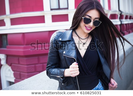 Gülen güzel esmer güneş gözlüğü mutlu poz Stok fotoğraf © studiolucky