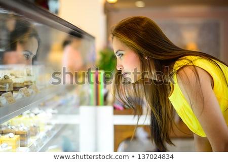 Femme achat fraîches cookies boulangerie heureux Photo stock © Kzenon
