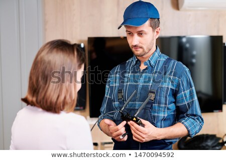 Technicus werkkleding wijzend huishouden Stockfoto © pressmaster