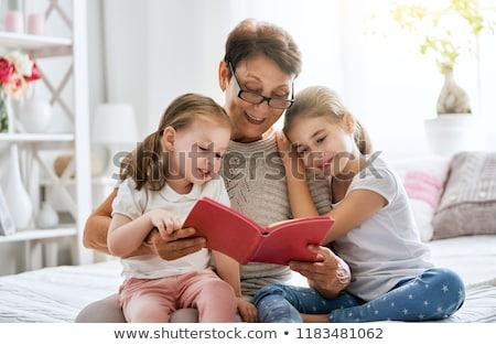 Donna pronipote lettura insieme amore tavola Foto d'archivio © IS2