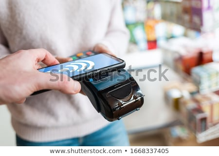 Manos tarjeta de crédito línea compras en línea servicio al cliente red Foto stock © Freedomz