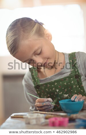 Stockfoto: Aandachtig · meisje · schilderij · kom · aardewerk · workshop