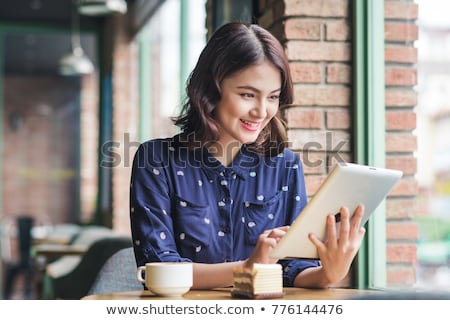 femme · souriante · regarder · bureau · affaires · internet - photo stock © dolgachov