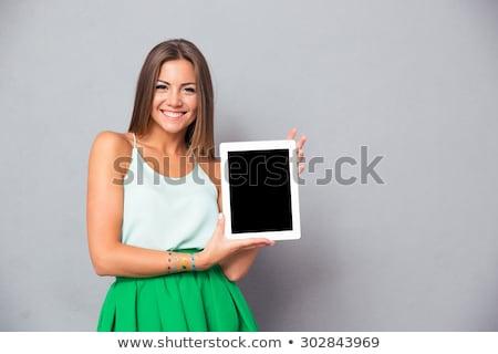 fiatal · üzletasszony · mutat · tabletta · képernyő · nők - stock fotó © ilolab