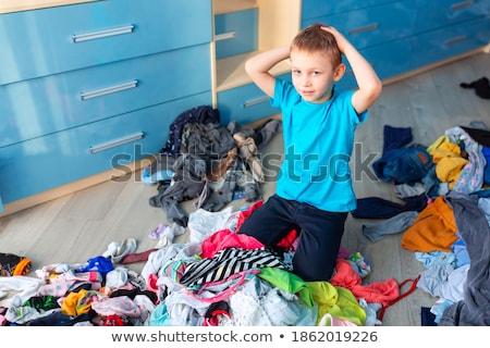Klein jongen wanhopig puinhoop kleding slaapkamer Stockfoto © Len44ik