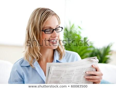 Femme d'affaires lecture journal bureau heureux nouvelles Photo stock © wavebreak_media