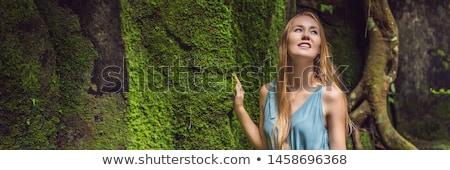 Młoda kobieta podróżnik ogród mech podróży bali Zdjęcia stock © galitskaya