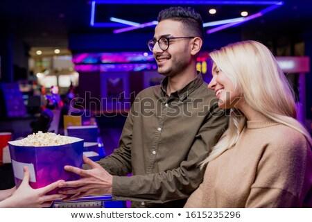 Twee gelukkig jonge paren kopen popcorn Stockfoto © pressmaster