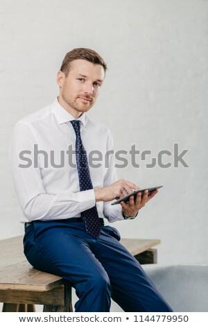 Ernstig mannelijke ondernemer video digitale tablet Stockfoto © vkstudio
