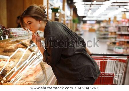 Mulher jovem olhando branco comida Foto stock © wavebreak_media