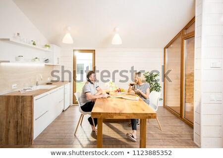 Gelukkig vergadering eten houten huisje Stockfoto © deandrobot