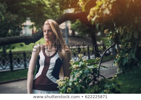 blond · schoonheid · poseren · hand · glimlach · bos - stockfoto © konradbak