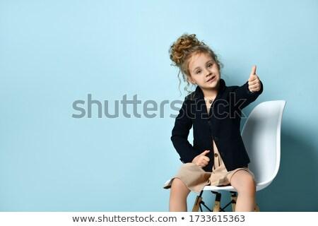 Stok fotoğraf: Gülen · işkadını · siyah · elbise · oturma · sandalye · tam · uzunlukta