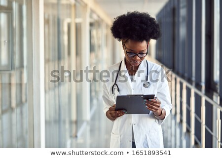 Jonge gekruld afrikaanse dame documenten Stockfoto © deandrobot