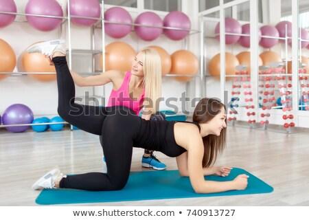 fitness · instruktor · siłowni · ludzi · wykonywania - zdjęcia stock © is2