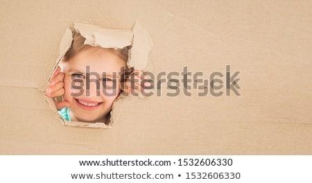 Fiatal lány boldog kartondoboz arc áll gesztikulál Stock fotó © ra2studio