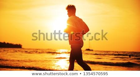 Gespierd man jogging tropisch strand avond strand Stockfoto © majdansky