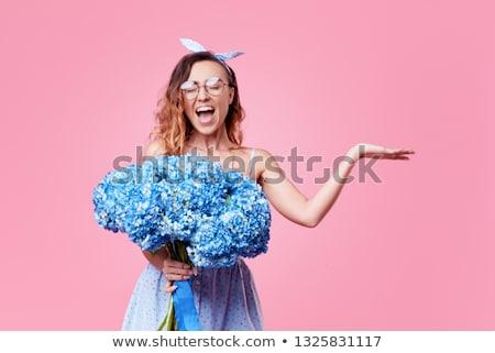 mujer · sonriente · tarjeta · ramo · flores · vacaciones · celebración - foto stock © juniart