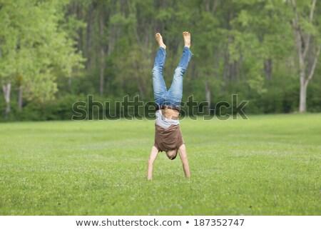 Fitnessz férfi áll kezek fejjel lefelé természet Stock fotó © NicoletaIonescu