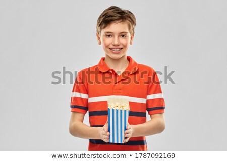 Glimlachend jongen Rood tshirt eten popcorn Stockfoto © dolgachov