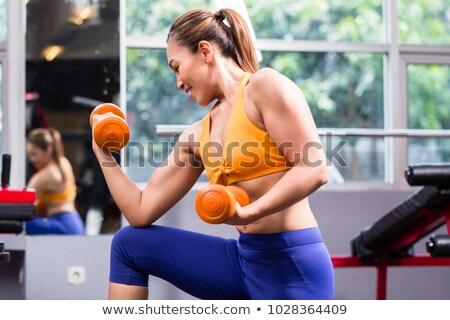 Frau mit stummen Glocken im Fitnessstudio Stock foto © Kzenon