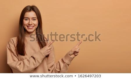 Stok fotoğraf: Gülen · genç · kadın · işaret · doğru · bakıyor · yalıtılmış
