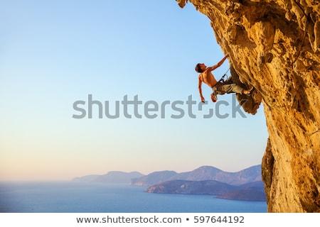 Homem escalada montanha blue sky esportes vermelho Foto stock © marcelozippo