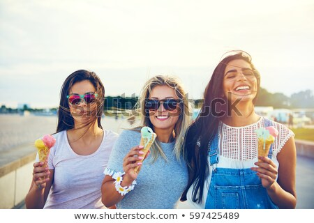 Groupe souriant femmes manger crème glacée plage Photo stock © dolgachov