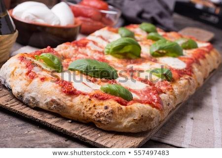 Stok fotoğraf: Lezzetli · el · domates · pizza · ekmek · İtalyan