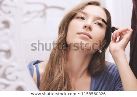 Refleksji lustra młoda kobieta czarny tusz do rzęs Zdjęcia stock © pressmaster