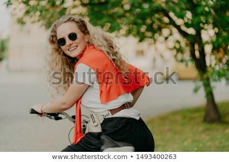 Fotografia zachwycony kobieta powrót kamery rower Zdjęcia stock © vkstudio